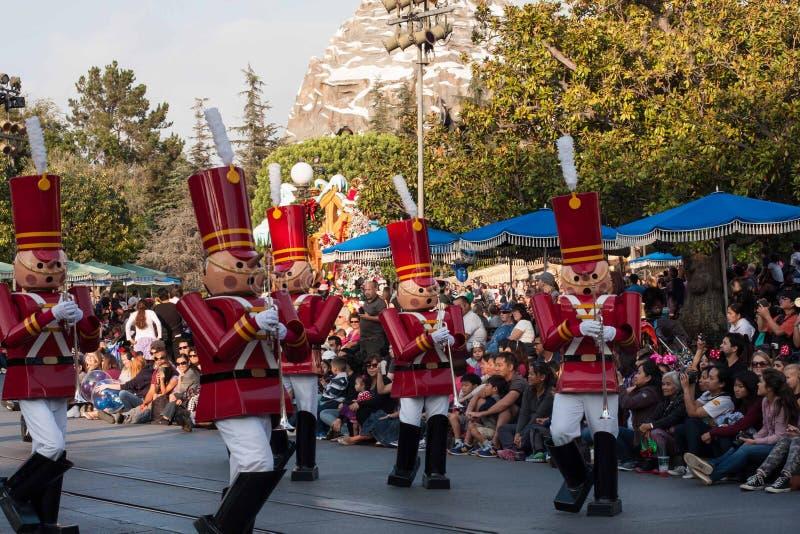 Les soldats de jouet des bébés dans Toyland à l'imagination de Noël de Disneyland défilent photographie stock libre de droits