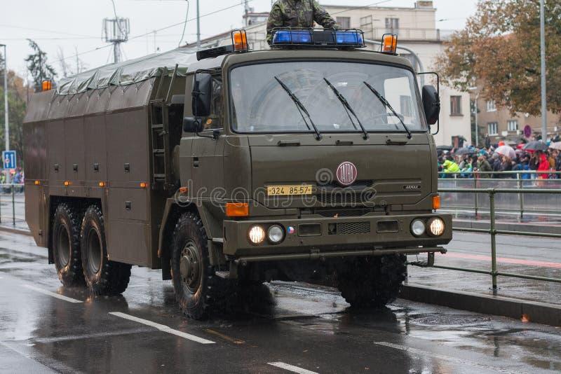 Les soldats de l'armée tchèque montent le véhicule de décontamination sur le défilé militaire images stock