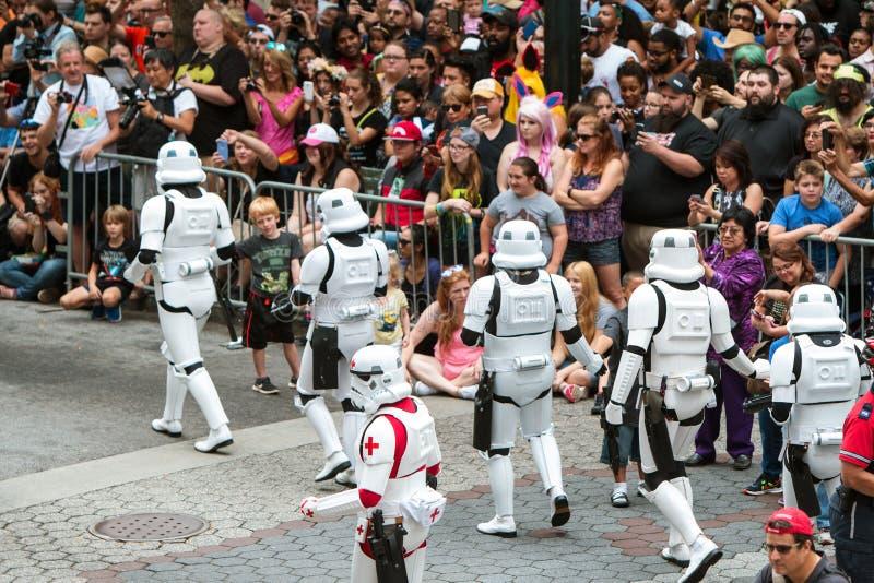 Les soldats de la cavalerie de tempête agissent l'un sur l'autre avec la foule énorme chez Dragon Con Parade image libre de droits
