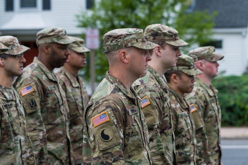 Les soldats en uniforme chez les hommes de couleurs divers d'armée des Etats-Unis marchent dans la formation photo libre de droits