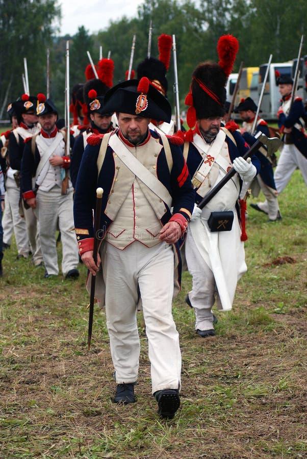 Les soldats français d'armée chez Borodino luttent la reconstitution historique en Russie photo stock