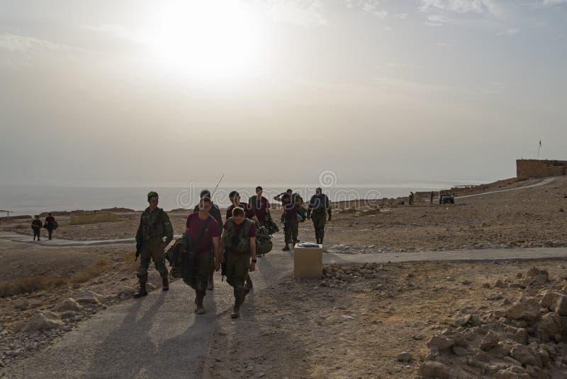 Les soldats patrouillent pour des exercices militaires d'armée israélienne de sécurité pendant le début de la matinée dans les ru images stock
