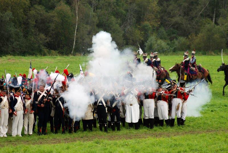 Les soldats-reenactors tirent à la reconstitution historique de bataille de Borodino image stock