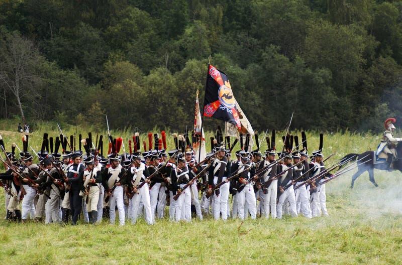 Les soldats russes d'armée chez Borodino luttent la reconstitution historique en Russie images libres de droits