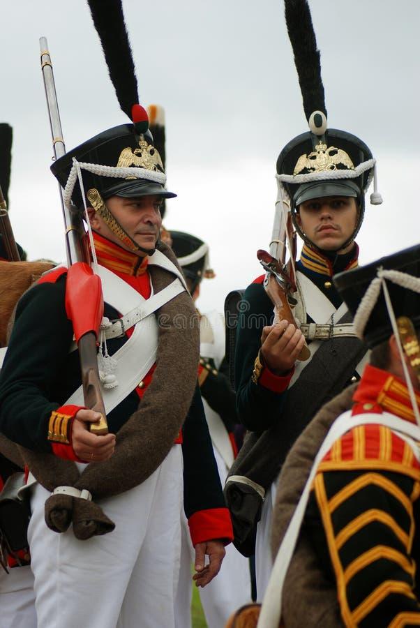 Les soldats russes d'armée chez Borodino luttent la reconstitution historique en Russie photos stock