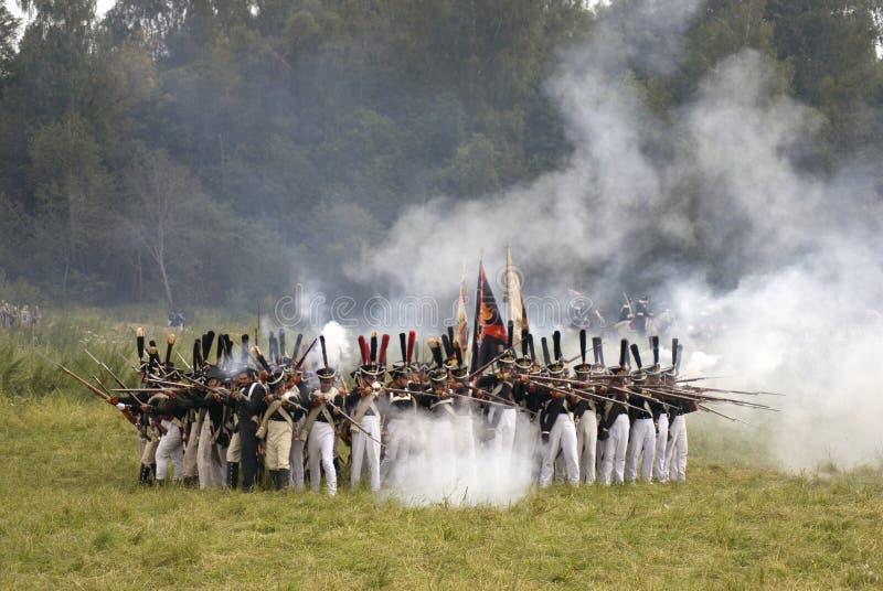 Les soldats russes d'armée chez Borodino luttent la reconstitution historique en Russie images stock