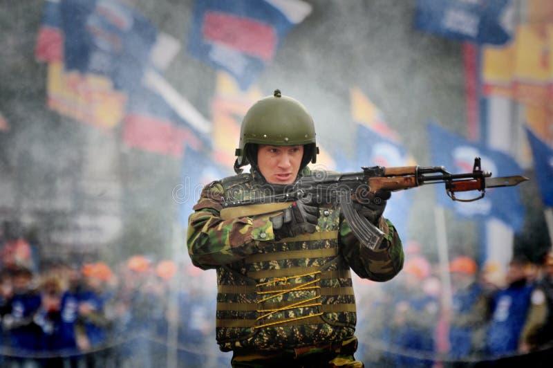 Les soldats russes de forces spéciales tirent dans la rue pendant les exercices photos libres de droits