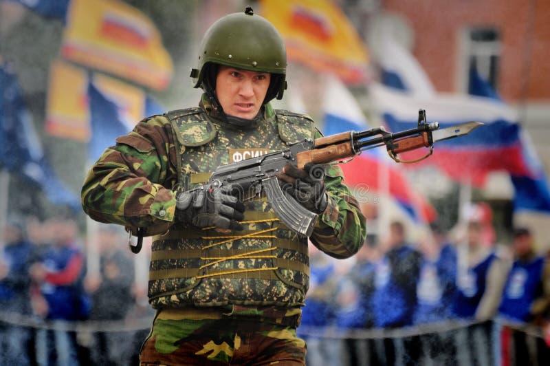Les soldats russes de forces spéciales tirent dans la rue pendant les exercices images libres de droits