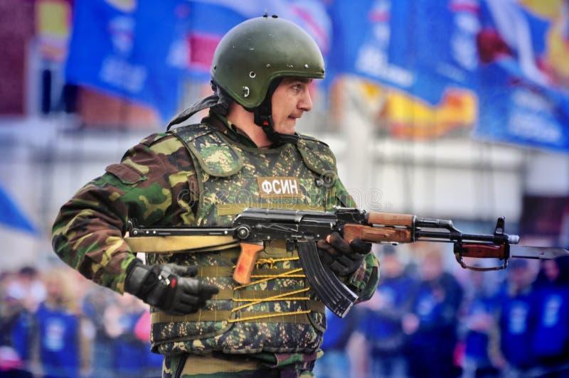Les soldats russes de forces spéciales tirent dans la rue pendant les exercices images stock