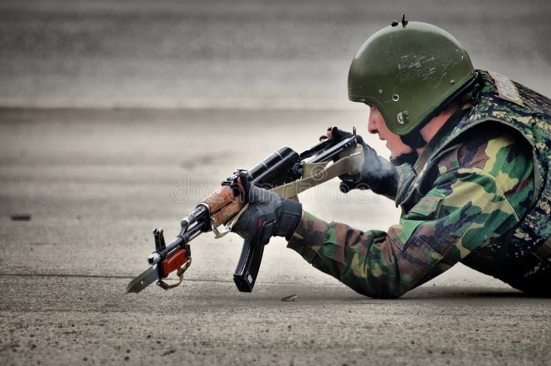 Les soldats russes de forces spéciales tirent dans la rue pendant les exercices photos stock