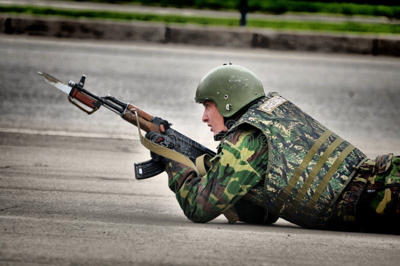 Les soldats russes de forces spéciales tirent dans la rue pendant les exercices photographie stock libre de droits