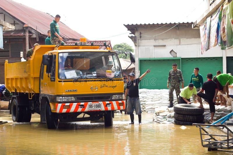 Les soldats thaïs aident des gens images stock