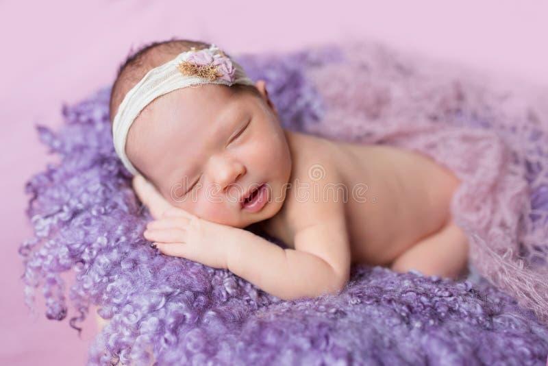 Les sommeils nouveau-nés de fille photos libres de droits