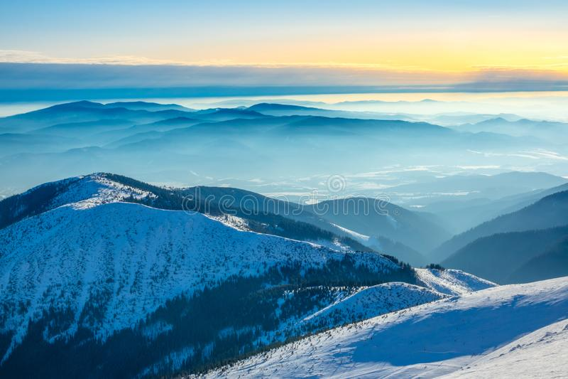 Les sommets des montagnes et le brouillard dans les vallées pendant les journées ensoleillées d'hiver photo libre de droits