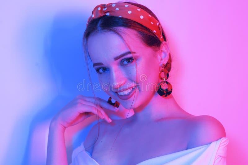 Les sourires et les rires de fille Portrait de mode de jeune fille élégante dans une robe blanche Belle brune sensuelle, longs ch photographie stock libre de droits