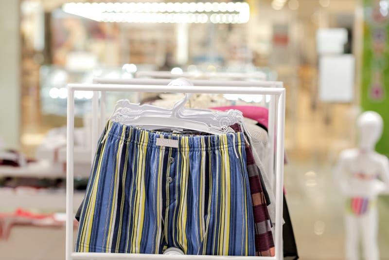 Les sous-v?tements des hommes dans une boutique Concept annoncez, de vente et de mode photo libre de droits