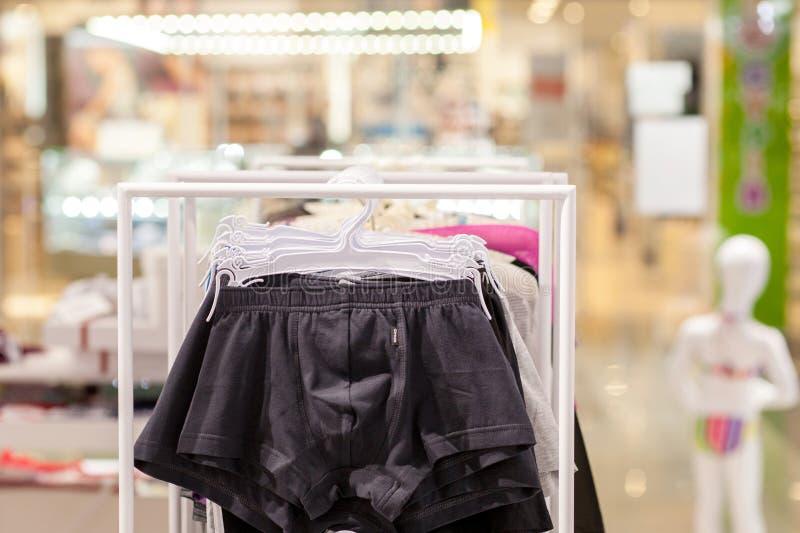 Les sous-v?tements des hommes dans une boutique Concept annoncez, de vente et de mode image libre de droits
