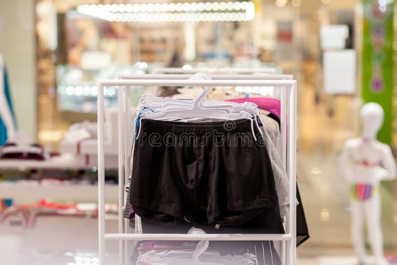 Les sous-v?tements des hommes dans une boutique Concept annoncez, de vente et de mode photos stock