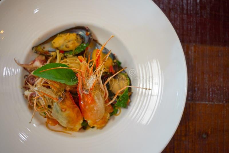 Les spaghetti ?pic?s de fruits de mer remuent la protection frite Cha ont roul? dans la fourchette sur le plat blanc du restauran images libres de droits
