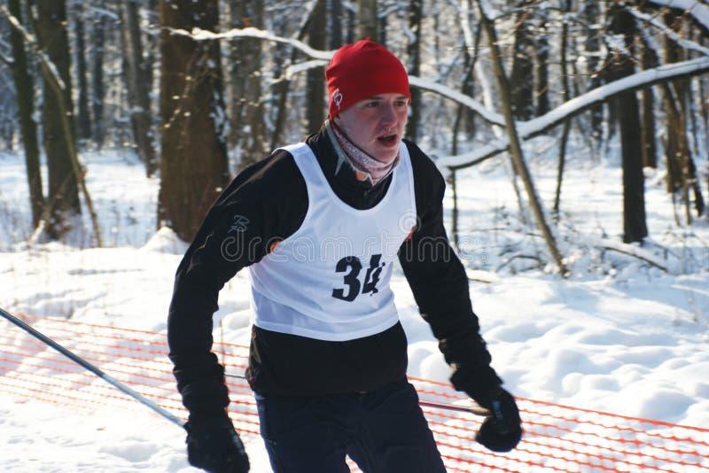 Les sportifs exécutent sur des skis