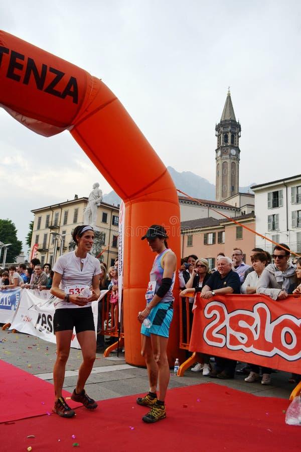"""Les sportives sont arrivées à la finition """"ville de Lecco - de l'événement courant de marathon de montagne de Resegone """" photos stock"""