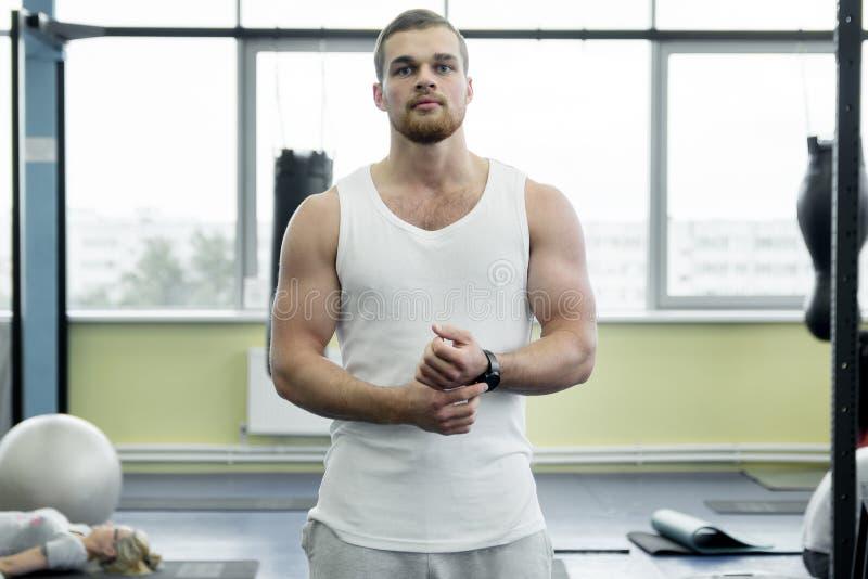Les sports équipent dans un T-shirt blanc au gymnase images stock