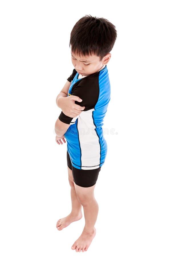 Les sports blessent Enfant asiatique blessé à l'épaule D'isolement sur le petit morceau photos stock