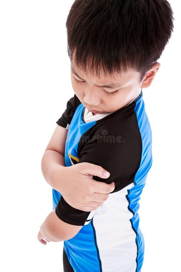 Les sports blessent Enfant asiatique blessé à l'épaule D'isolement sur le petit morceau images libres de droits