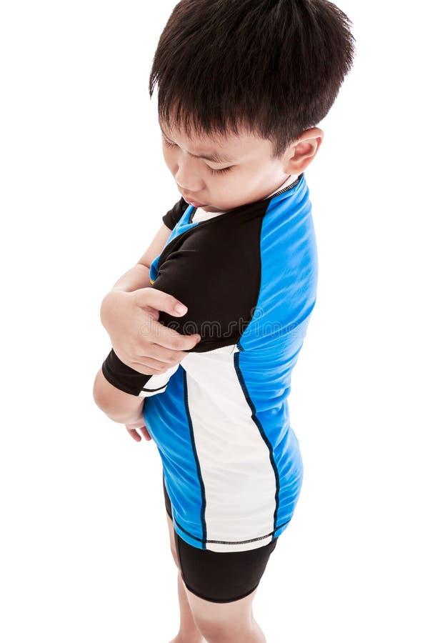 Les sports blessent Enfant asiatique blessé à l'épaule D'isolement sur le petit morceau image stock
