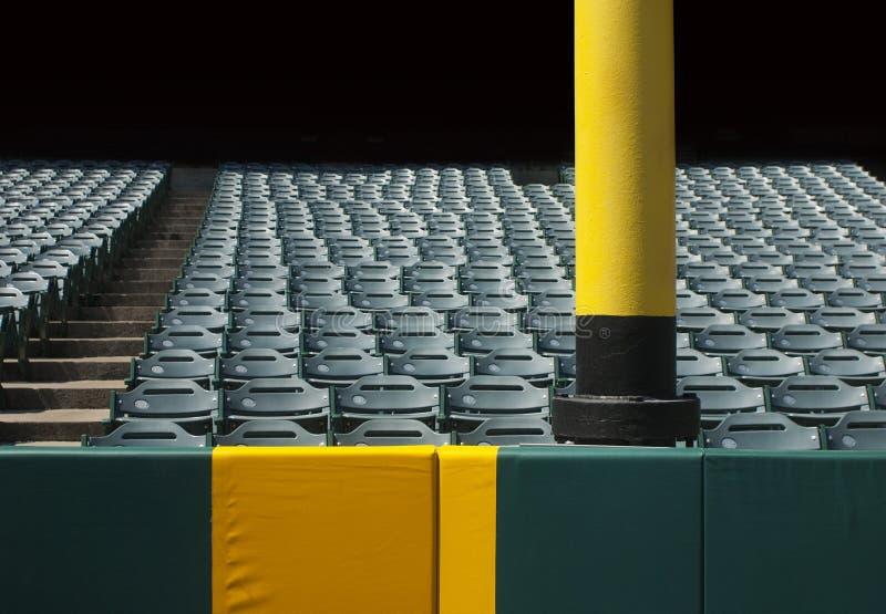 Les sports encrassent le poteau avec des sièges image stock