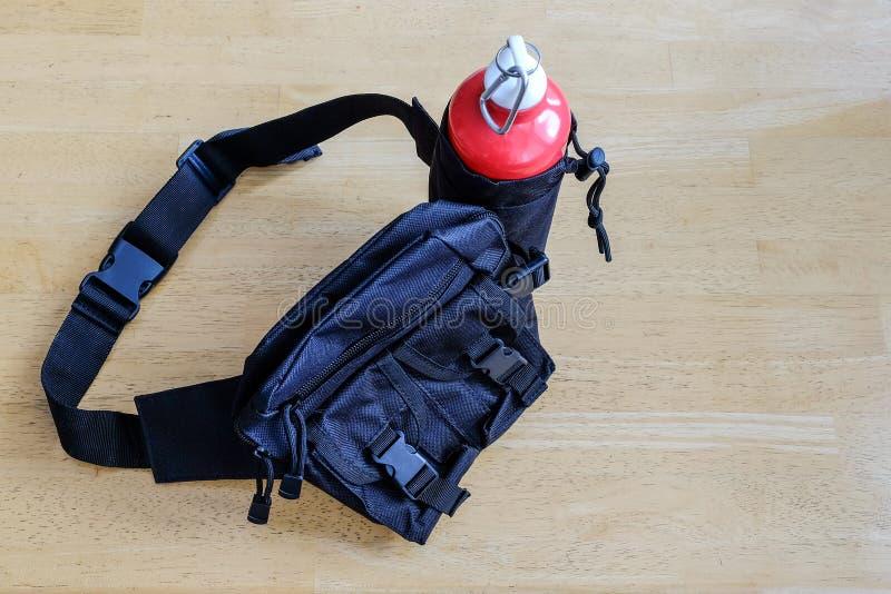 Les sports mettent en sac sur la ceinture avec un pot pour l'eau image libre de droits