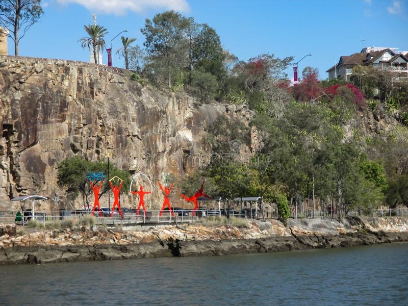 Les sports rouges colorés figure par l'eau sous des falaises de point de kangourou du côté sud de l'Australie Septemb de Brisbane photo stock