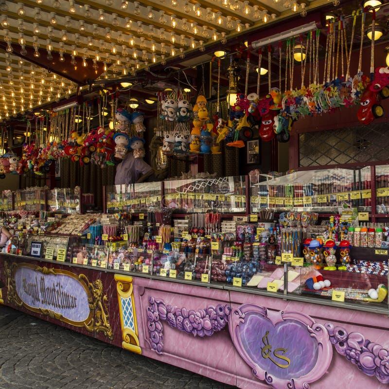 Les stalles du marché et de sucrerie rendent des enfants et des adultes aussi heureux qu'un enfant dans un magasin de bonbons images libres de droits
