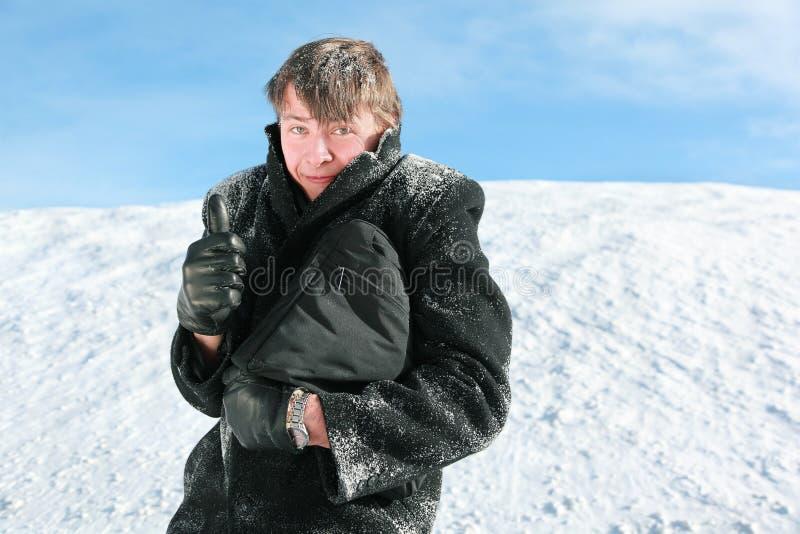 Les stands de camarade en hiver retient la serviette images stock