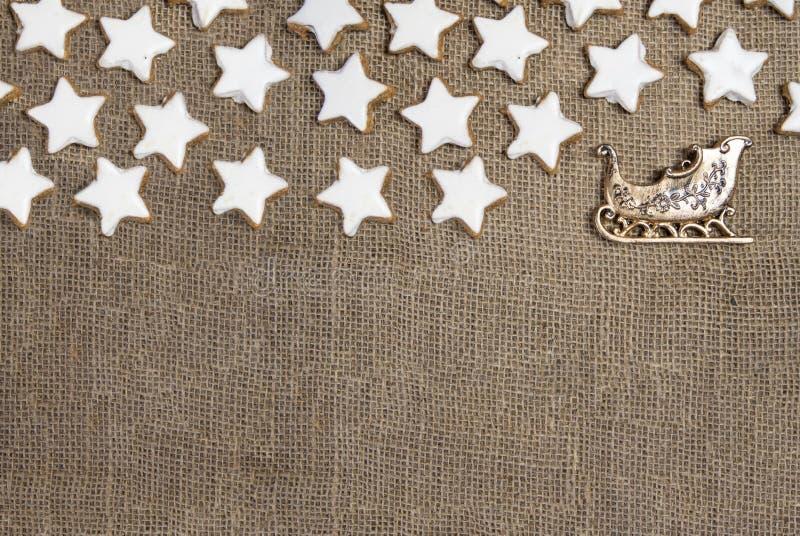 Les stars du ciel Les stars du cinéma Les biscuits des étoiles Les ornements de Noël dorés photos stock