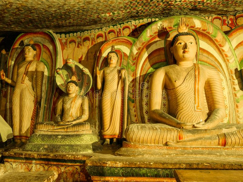 Les statues de la position et Bouddha assis dans le complexe de temple de caverne de Sri Lanka photo libre de droits