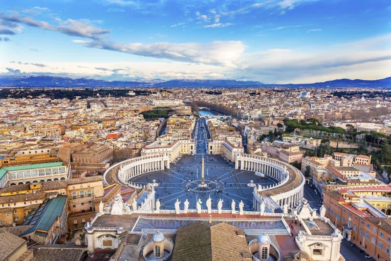 Les statues de place du ` s de St Peter couvrent le saint Vatican Rome Italie photographie stock libre de droits