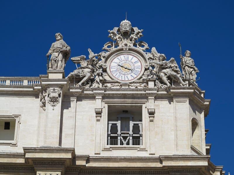 Les statues et les détails architecturaux sur St Peter ajustent dans Vatic image libre de droits