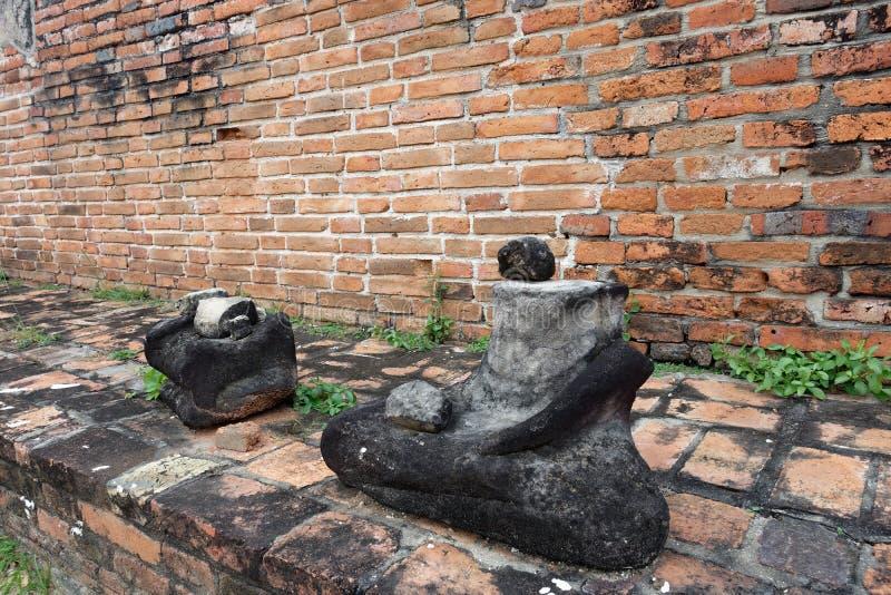 Les statues sans tête de Bouddha se reposant sur le piédestal image libre de droits