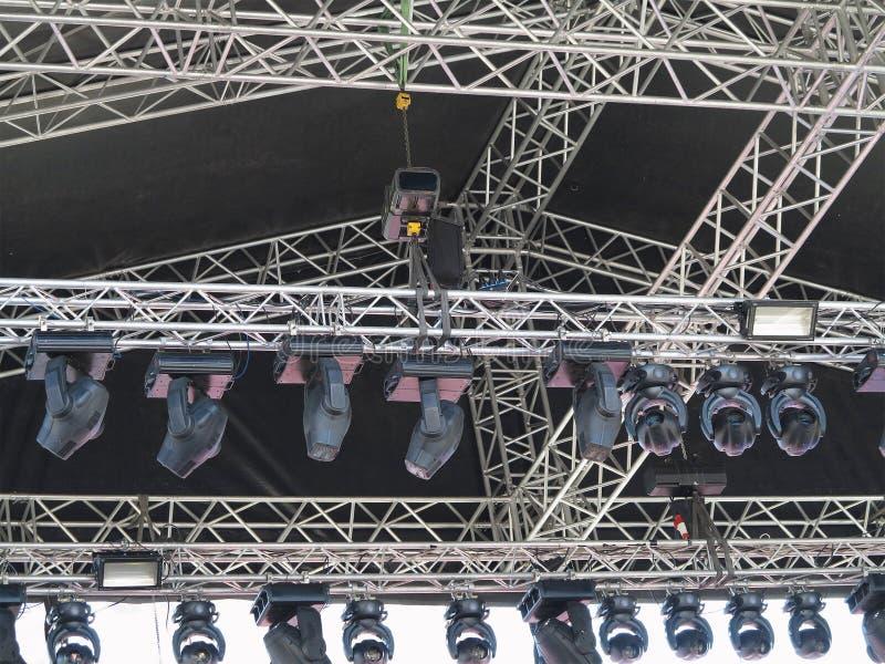 Les structures de l'illumination d'étape met en lumière l'équipement et le speake photographie stock