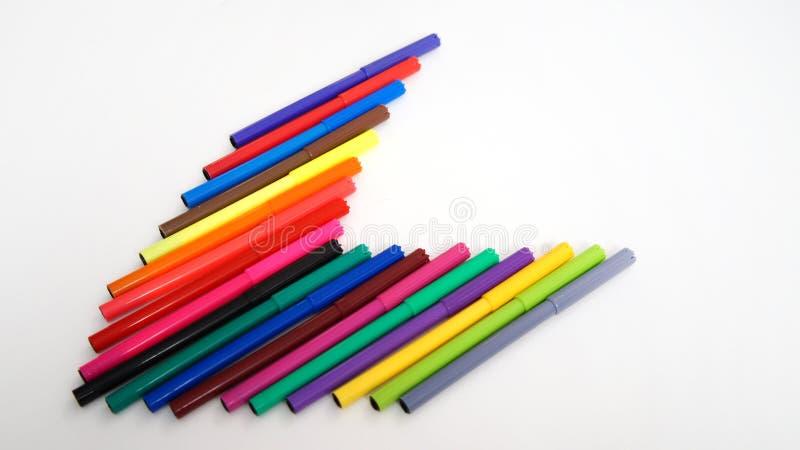 Les stylos feutres multicolores sur le blanc ont isolé le fond photographie stock libre de droits