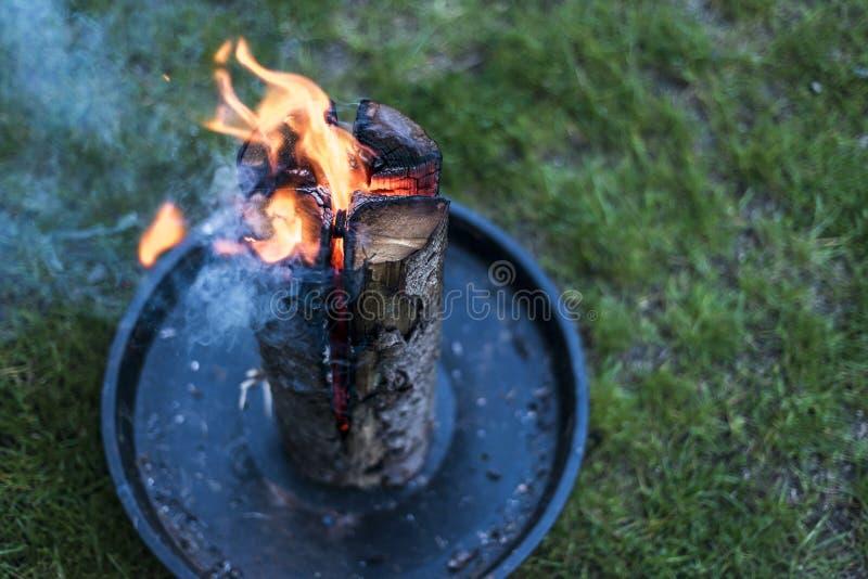 Les Suédois incendient la souche brûlante du feu du plat pour le repos ou pour faire cuire l'humeur froide de nourriture photographie stock libre de droits