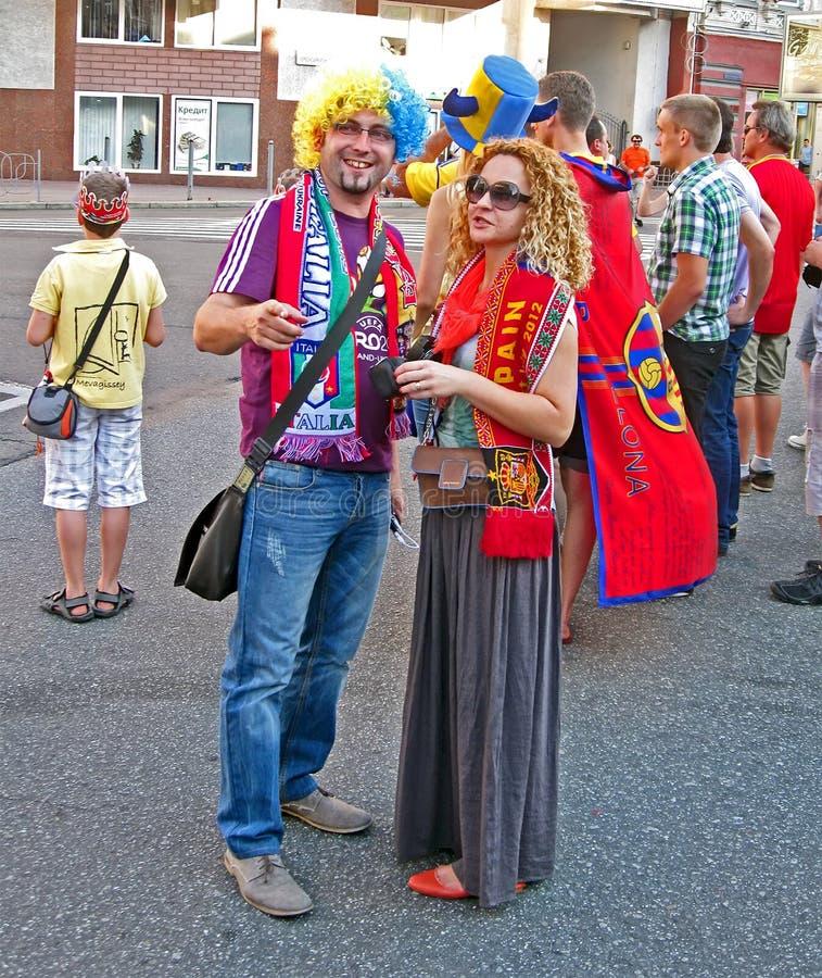 Les supporters d'Espagne et d'Italie communiquent, photos stock