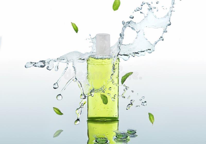 Les supports de fines herbes de shampooing de hydrater sur le fond de l'eau avec éclabousse et les feuilles en bon état images stock