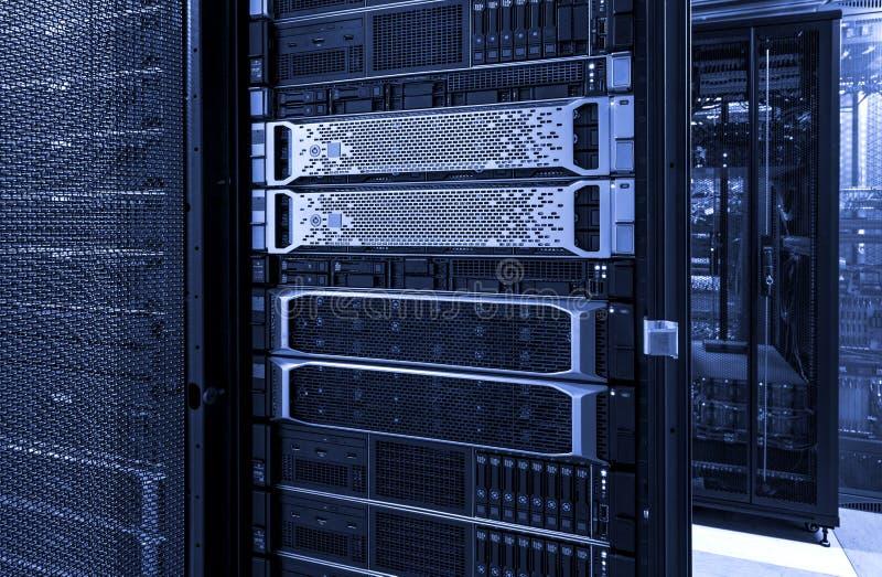 Les supports de serveur avec des disques d'unité centrale opacifient la tonalité au néon bleue de stockage image libre de droits