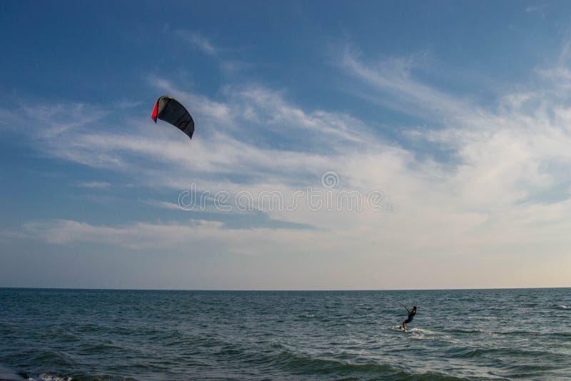 Les surfers de cerf-volant attrapent les vagues sur l'Adriatique venteuse, Ulcinj, Monténégro photo libre de droits