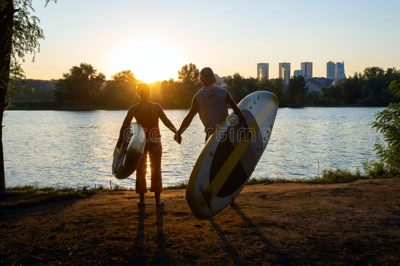 Les surfers tiennent des mains photos libres de droits