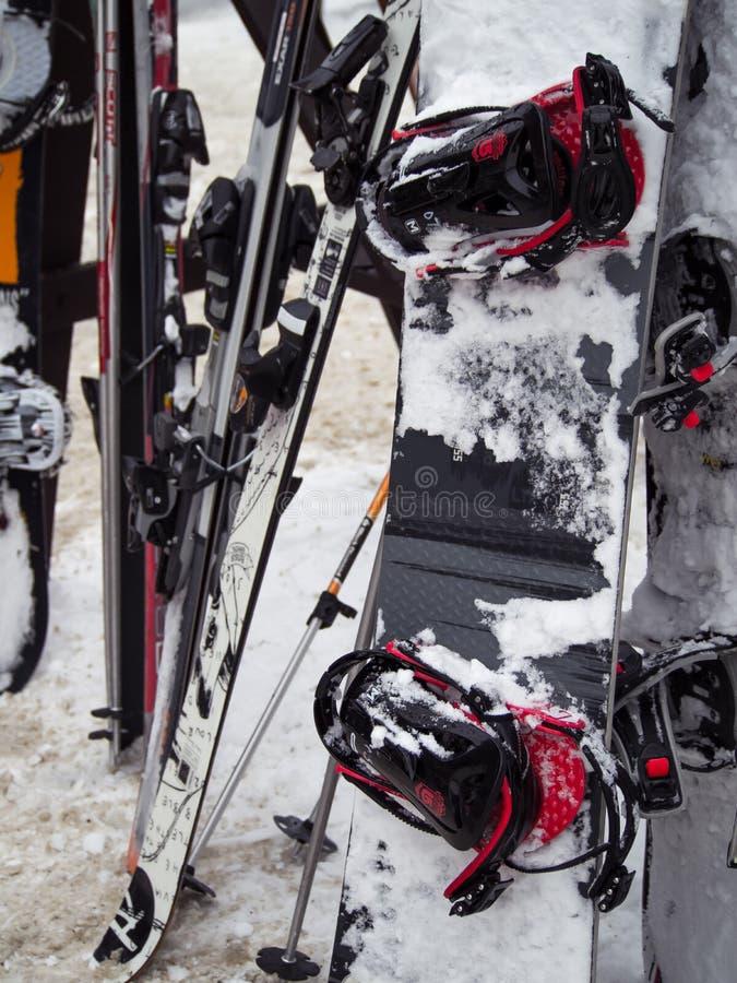 Les surfs des neiges et les skis ont empilé ensemble photos stock