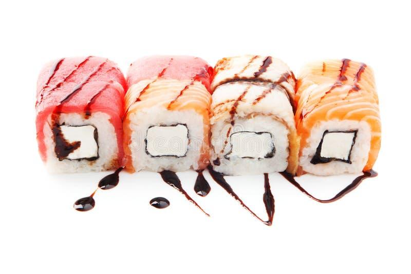 Les sushi classiques ont placé avec le type différent de poissons (saumons, thon, anguille) d'isolement sur le fond blanc image libre de droits
