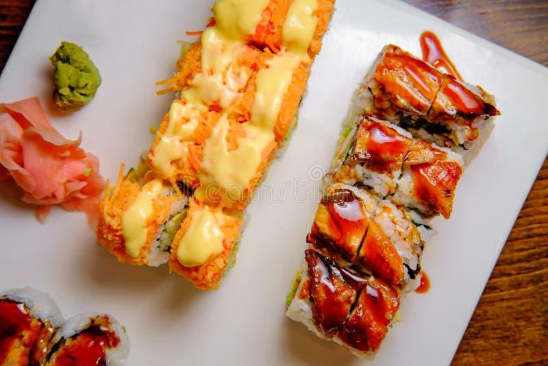 Les sushi de fantaisie roulent le plateau photo stock